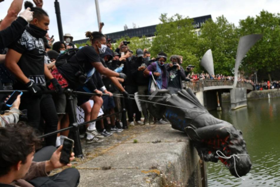 BlackLivesMatter-Demonstranten reißen Statue von Sklavenhändler nieder