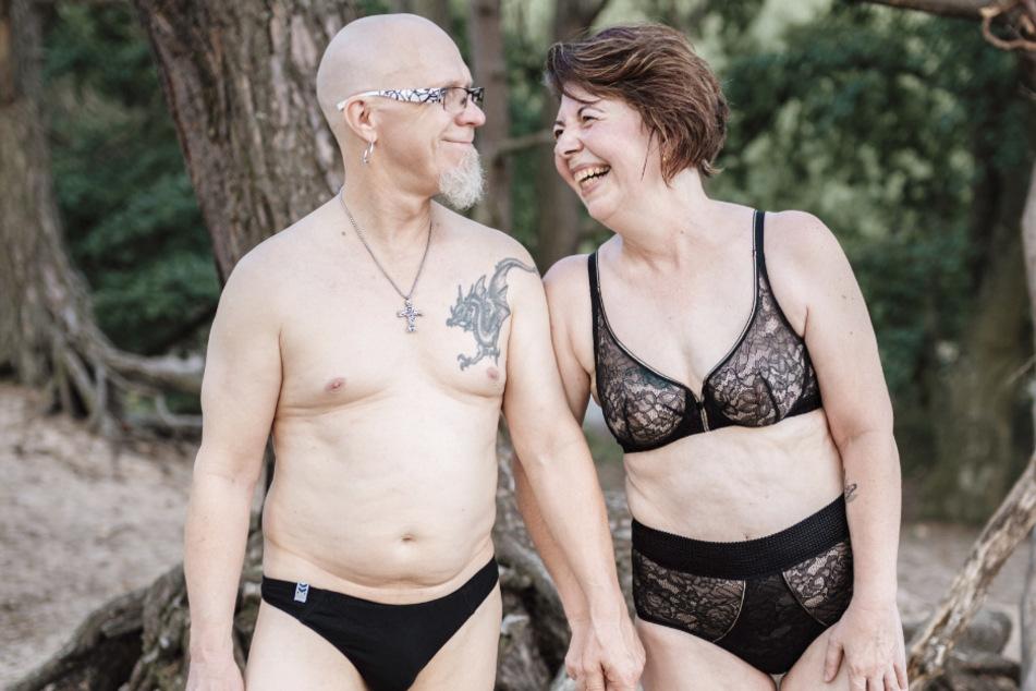 """Doris und Udo ziehen sich für """"Dein Körper ist genug"""" aus und zeigen, dass sie sich in ihren Körpern wohlfühlen."""