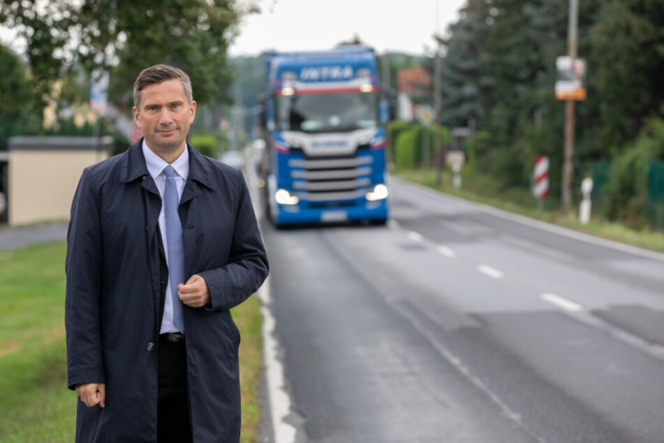 Ortstermin in Fischbach (Arnsdorf): Verkehrsminister Martin Dulig (46, SPD) besichtigte gestern die Staatsstraße 159, wo ein Radweg gebaut werden soll.