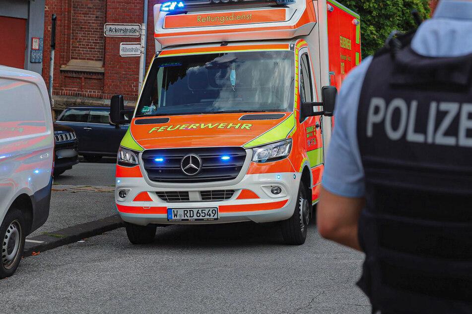 Krankenwagen und ein Notarzt waren schnell zur Stelle, um den schwer verletzten Jungen zu versorgen. Er wurde wenig später in ein Krankenhaus gebracht.