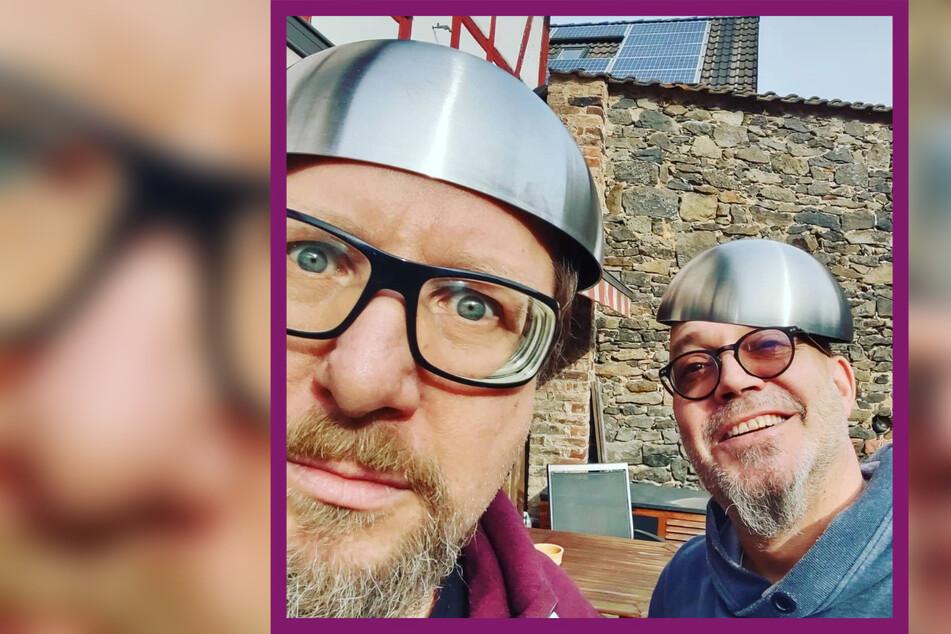Lars Niedereichholz (52, l.) und Ande Werner (52) vom Comedy-Duo Mundstuhl zeigen sich hier als begeisterte Aluhut-Träger.