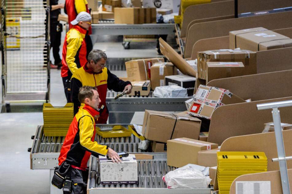 Täglich werden hier 180.000 Sendungen sortiert: Im Post- und Paketzentrum Ottendorf-Okrilla arbeiten je nach Auftragslage zwischen 800 und 1000 Angestellte.