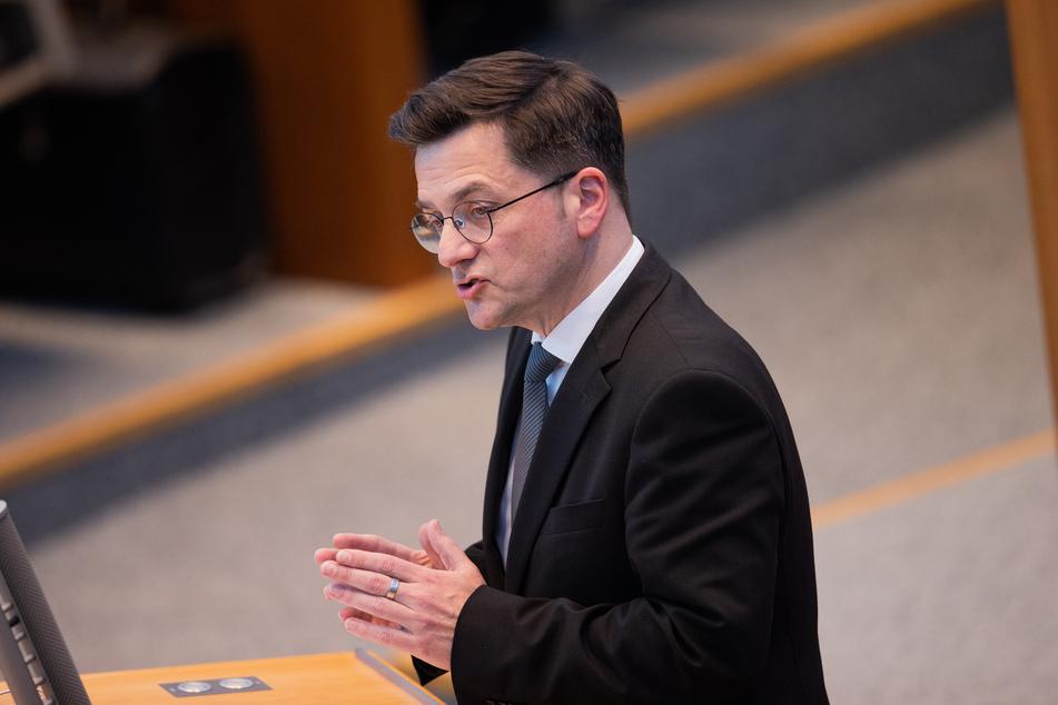 NRW-SPD-Chef Thomas Kutschaty (52) hat Partei-Kollege Rüdiger Weiß (60) gerüffelt.