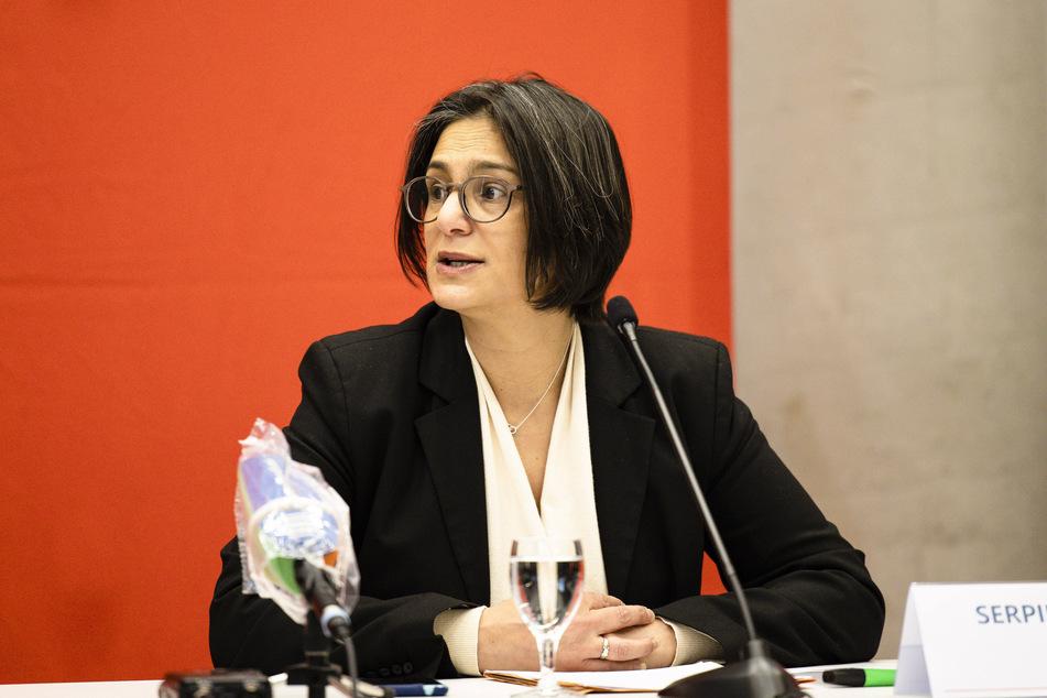 Die SPD-Landesvorsitzende Serpil Midyatli (45) spricht während einer Pressekonferenz.