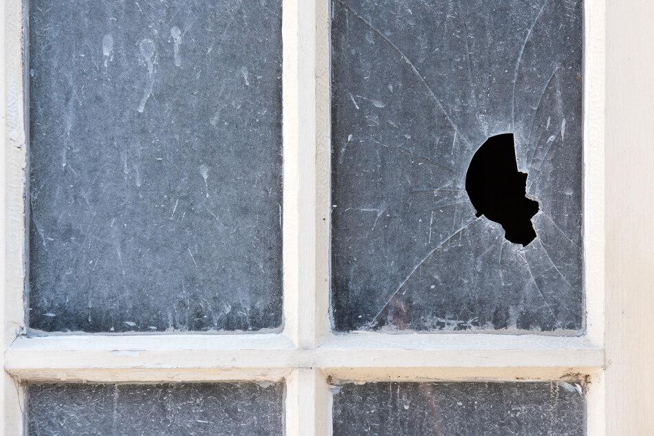 Einbrecher schlugen am Vereinsgebäude des SSV Lichtenstein zwei Fensterscheiben ein. (Symbolbild)