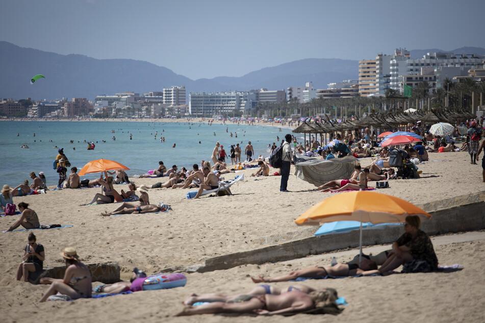 Die aktuelle Situation auf Mallorca Anfang Juni: Touristen genießen die Sonne an einem Strand auf der spanischen Insel Mallorca.