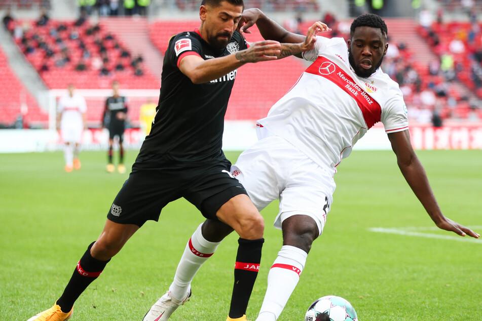 Leverkusens Kerem Demirbay (l.) im Zweikampf gegen Stuttgarts Orel Mangala (rechts).