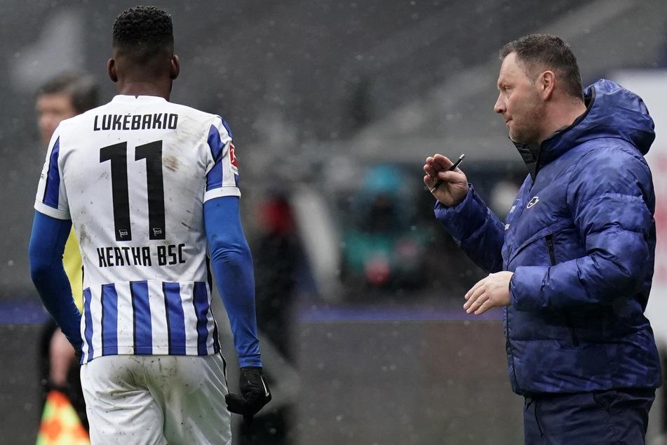 Pal Dardai gibt Dodi Lukebakio (l.) während des Spiels bei Eintracht Frankfurt Anweisungen.