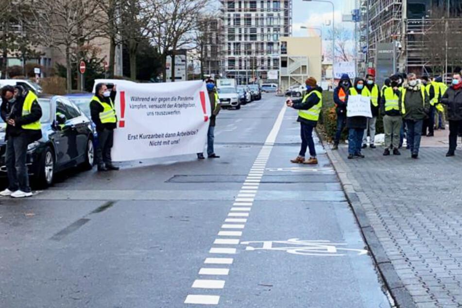 Die Demonstranten versammelten sich am Dienstagnachmittag vor der WISAG-Zentrale in Frankfurt-Niederrad.