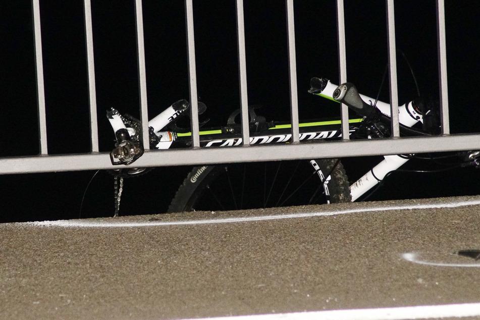 Nach dem Unfall hängt das Rad im Brückengeländer.