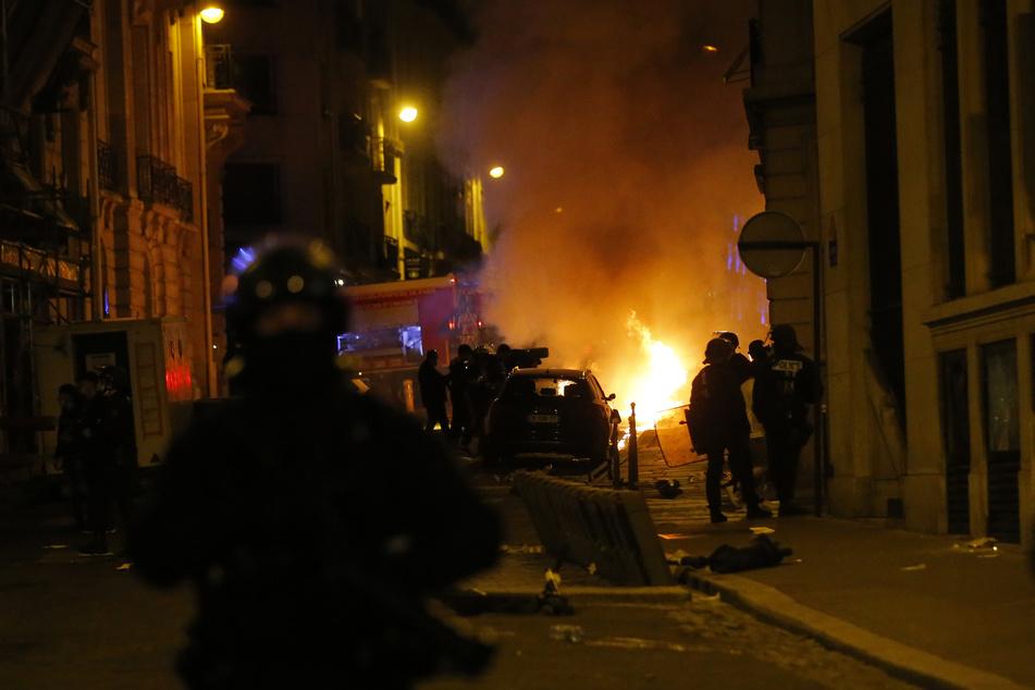 Französische Polizisten nahmen nach der Niederlage von Paris-Saint-Germain zahlreiche Randalierer fest.