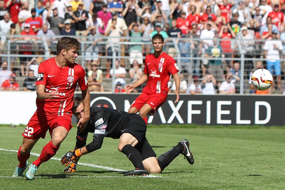 Zum Auftakt der 2. Liga geht es für Martin Männel (hier 2015 gegen Lukas Billick) und seine Veilchen nach Würzburg.