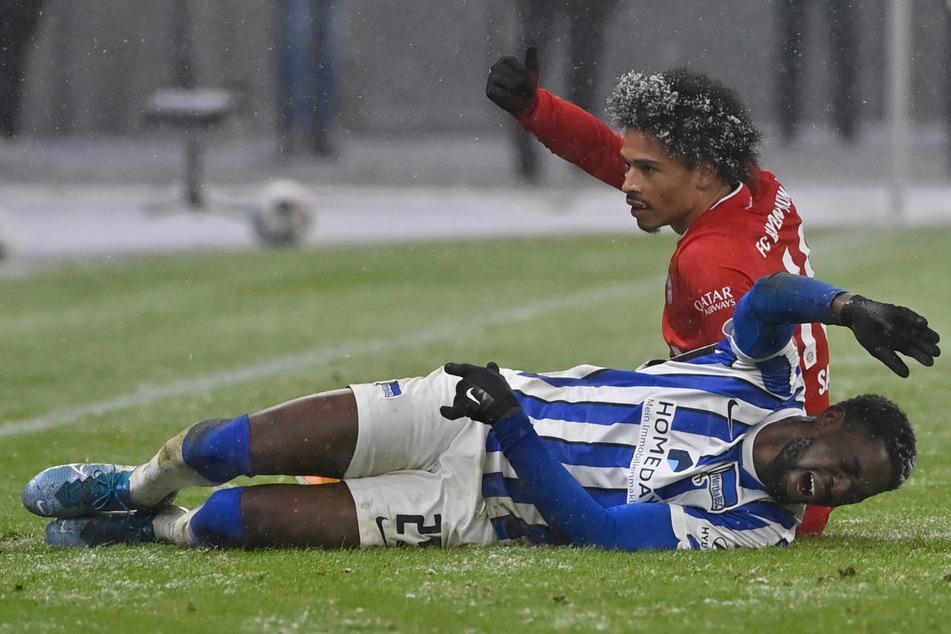 Jordan Torunarigha liegt nach einem Zusammenprall mit Leroy Sané am Boden.