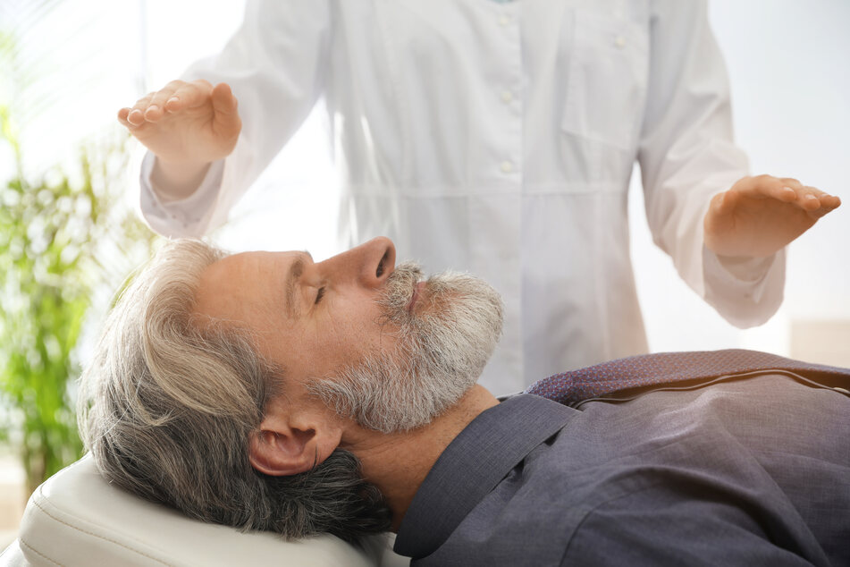 Hypnose kann auch vor oder während Operationen eingesetzt werden, um Ängste abzubauen und Selbstheilungskräfte des Körpers zu aktivieren. (Symbolbild)