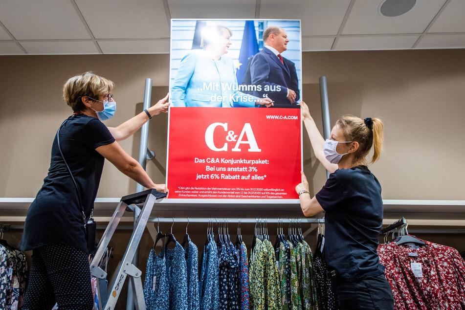 Preissenkung bei C&A. Steffi Sachse (51, l.) und Heike Ullmann (45) stellen ein Schild auf.