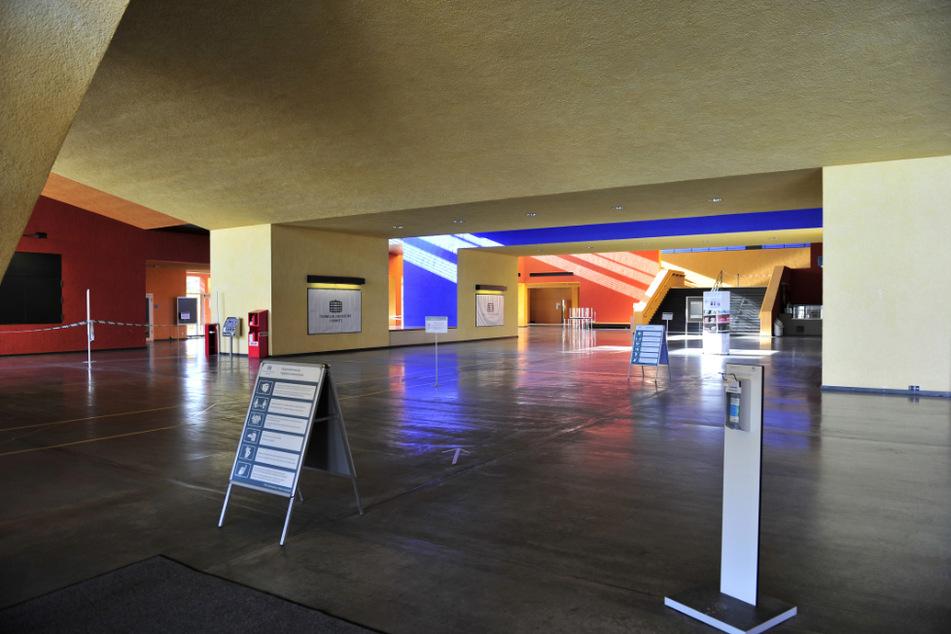 """Leergefegte """"Orangerie"""": Im zentralen Hörsaalgebäude in der Reichenhainer Straße sind normalerweise immer Menschen zu finden."""