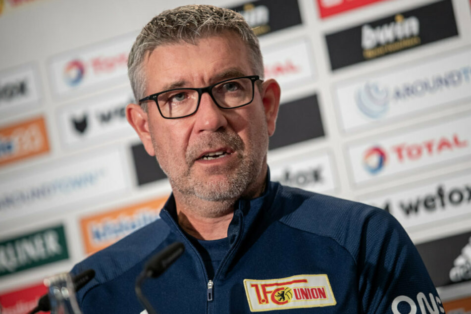 Trainer Urs Fischer (54) von Union Berlin spricht zu Journalisten.