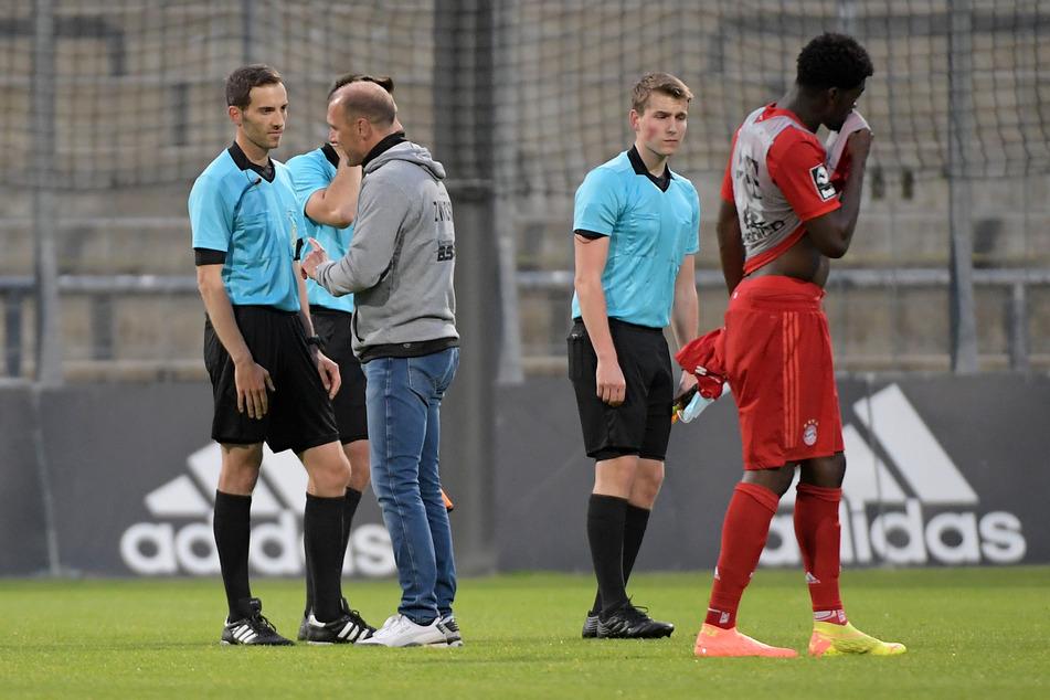 FSV-Coach Joe Enochs (r.) redete nach der Partie auf Schiedsrichter Benjamin Brand ein.