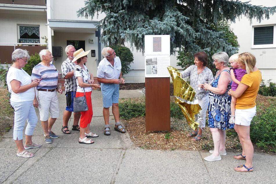 Ein Schild vor der Bürgermeister-Fichte erinnert jetzt an die Geschichte.