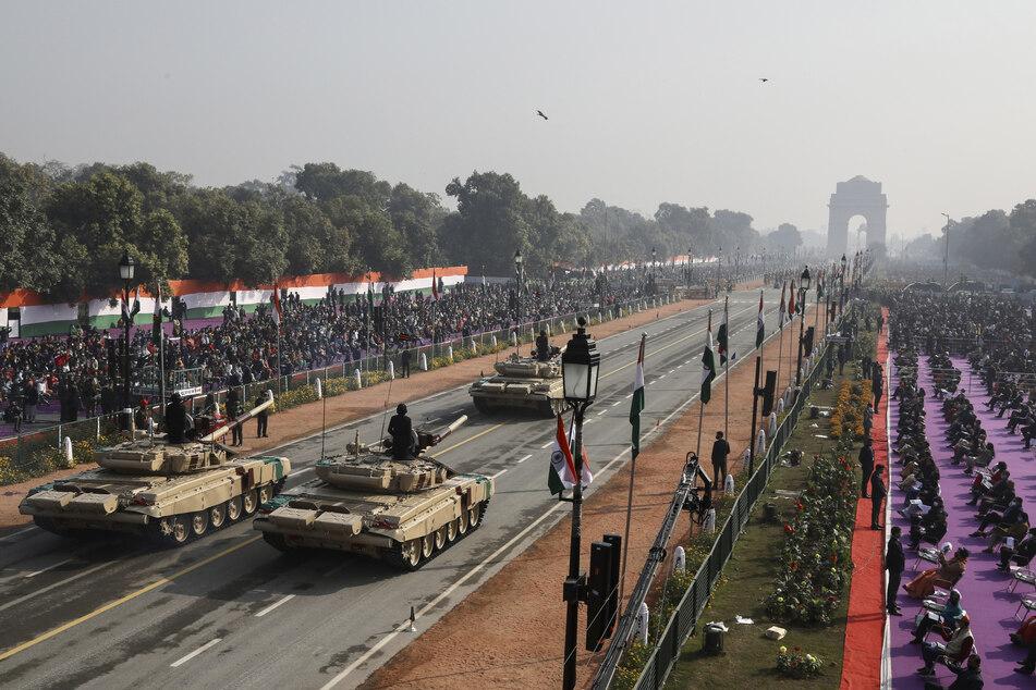 Indische Schützenpanzer bewegen sich durch den zeremoniellen Rajpath-Boulevard während einer Militärparade zum Tag der Republik.