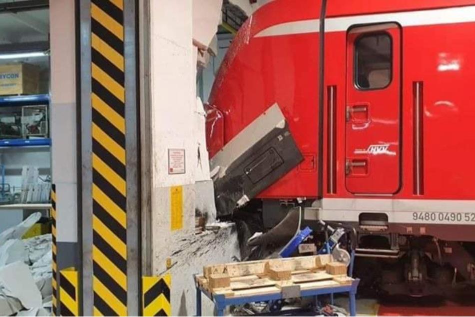 Die Folgen des Unfalls sind an Wand und S-Bahn deutlich zu sehen.