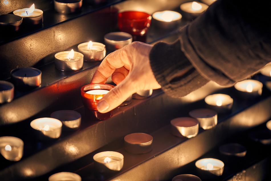 Trost zu finden und Trost zu spenden, ist in Zeiten von Corona für viele Menschen schwerer geworden. (Symbolbild)