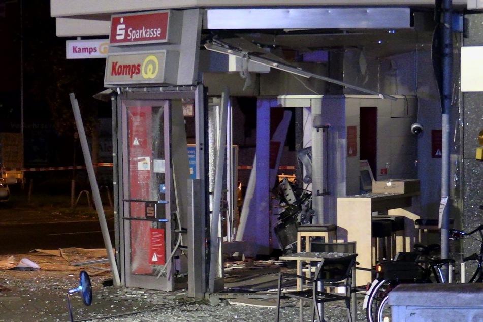 Die Sprengung eines Geldautomaten in der Nacht zu Mittwoch in Düsseldorf-Stockum hatte eine Spur der Verwüstung hinterlassen.
