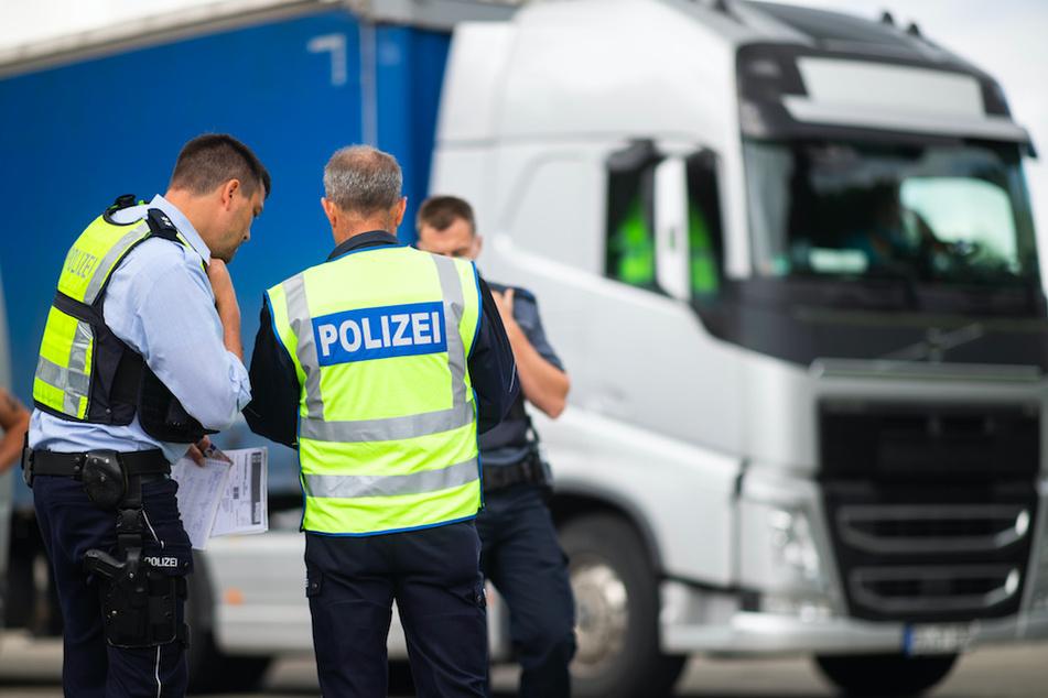 In Oberfranken wurde ein Lkw-Fahrer erwischt, der gefährlich lange hinterm Steuer saß. (Symbolbild)