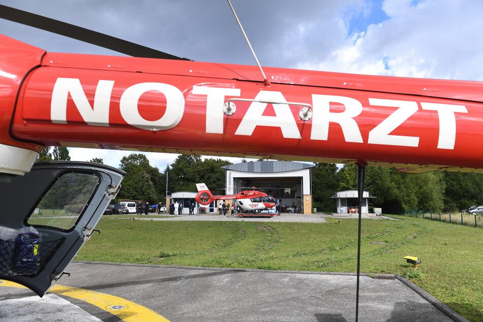 Ein Rettungshubschrauber der Deutschen Rettungsflugwacht (DRF) steht auf einem Flugplatz einer Universitätsklinik. (Symbolbild)