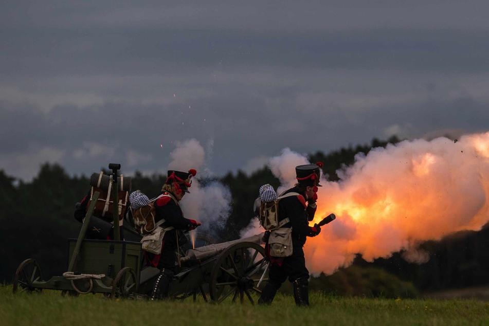 Die Darsteller feuern eine Kanone ab.
