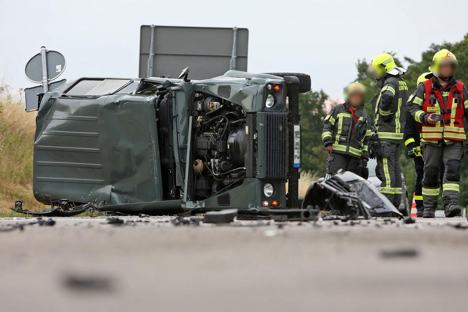 Der Land Rover kam nach dem Unfall auf der Seite zum Liegen.
