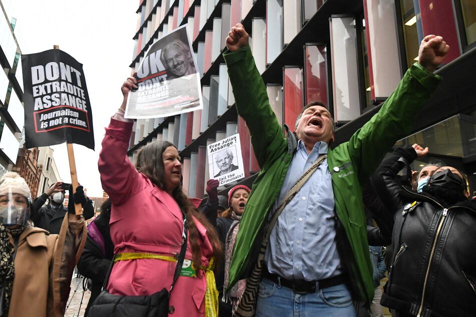 Unterstützer von Julian Assange (49) versammelten sich am Montag vor dem Strafgerichtshof Old Bailey in London.