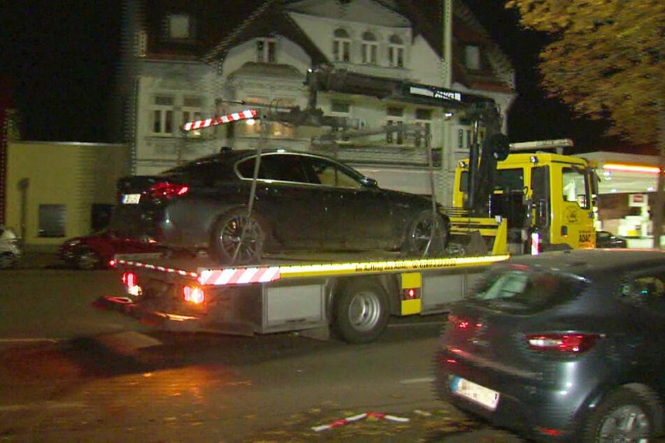 Das Auto der mutmaßlichen Täter, das vermutlich als Fluchtfahrzeug gedient hat, wird abtransportiert.
