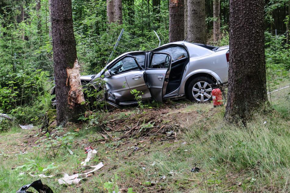 Vollsperrung im Erzgebirge: Opel-Fahrerin (21) knallt gegen Baum