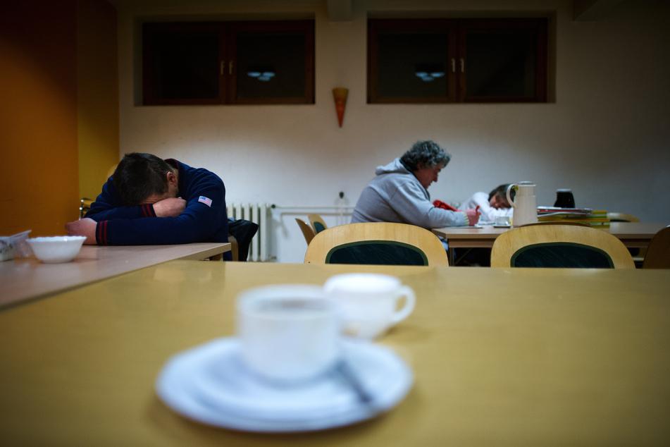 Obdachlose finden wieder Zuflucht in den Nachtcafés. Aber auch hier gibt es Corona-Regeln.