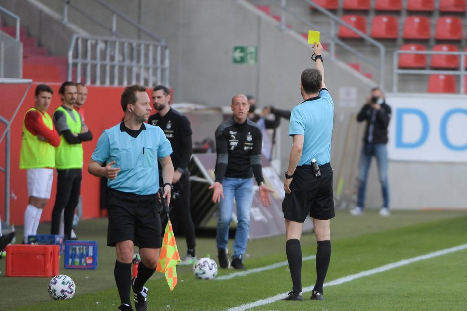 FSV-Coach Joe Enochs (49) beschwerte sich bei Schiri Markus Schmidt - und sah dafür die Gelbe Karte.