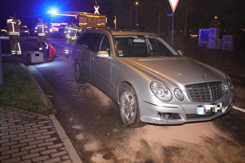 Mercedes-Fahrerin gibt im Gleisbett Gas und beschädigt Auto