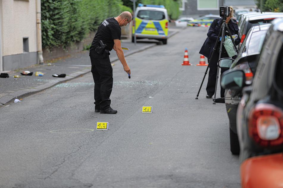 Die Polizei hat nach den Schüssen in Remscheid Spuren gesichert. Der Täter ist weiter auf der Flucht.