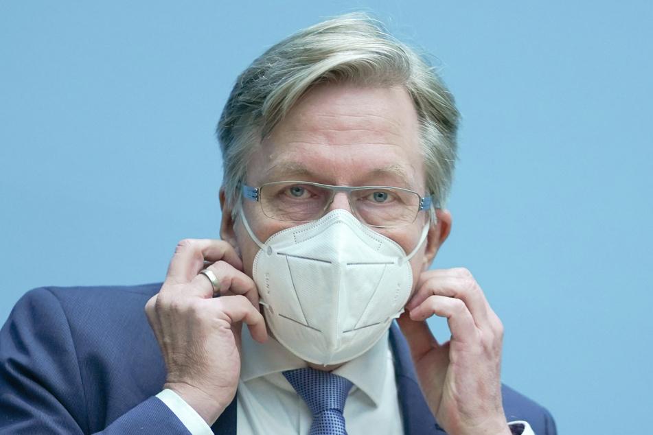 Martin Matz (SPD), Staatssekretär für Gesundheit, kommt mit Mund-Nasen-Schutz zur Berliner Senats-Pressekonferenz.