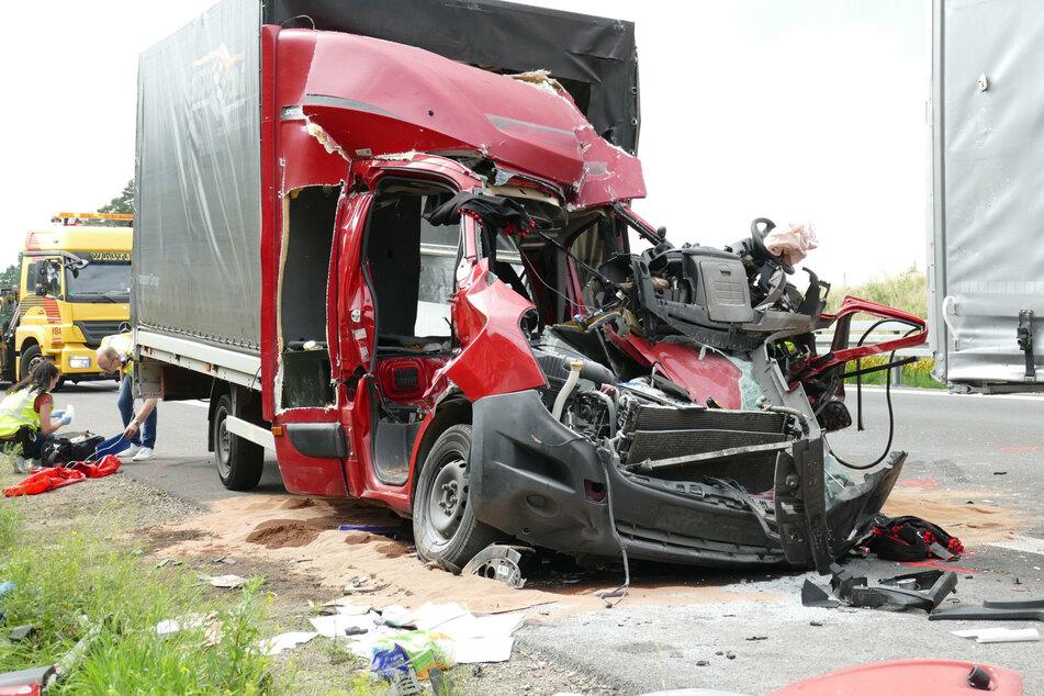 Unfall A12: Tödlicher Crash: Kleinlaster kracht ungebremst in Lastwagen