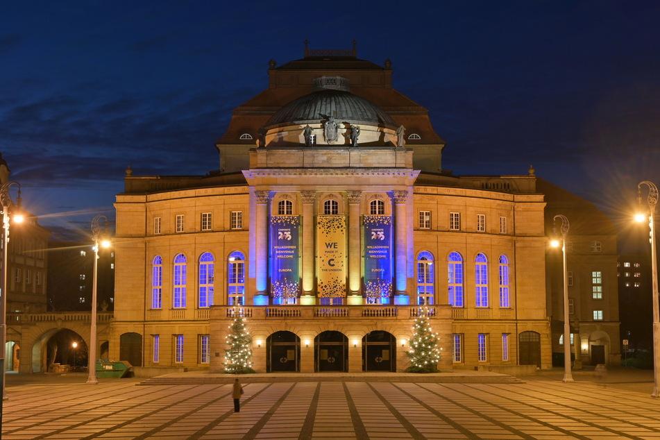 Die Festbeleuchtung an der Oper riss so manchen Passanten aus dem Alltagstrott.