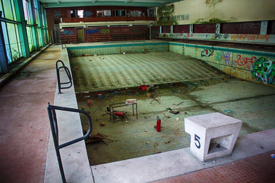 Die Schwimmhalle des ehemaligen Hotels: Groß genug für etliche Badegäste. Jetzt rottet das Schwimmbad vor sich hin.