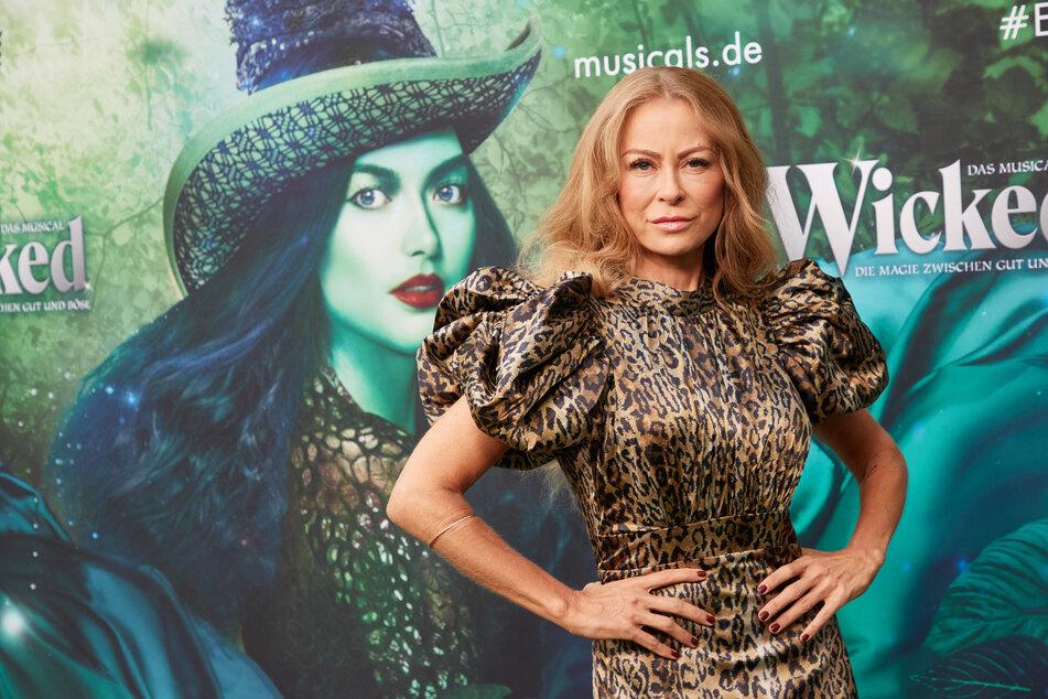 """Auch Jenny Elvers (49) posierte auf dem grünen """"Wicked""""-Teppich."""