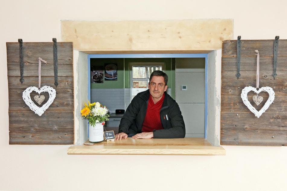 """Kaum öffnete """"Genusshof""""-Chef Mathias Wrobel (48) sein Verkaufsfenster, da stand auch schon die Polizei vor der Tür."""