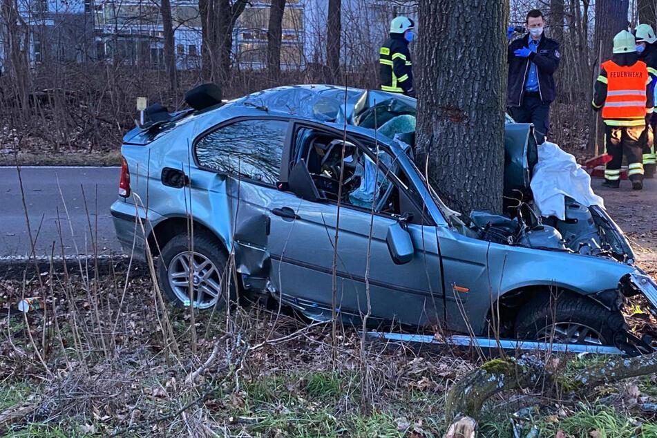 Tödlicher Unfall auf der Landstraße: BMW-Fahrer kracht gegen Baum und stirbt