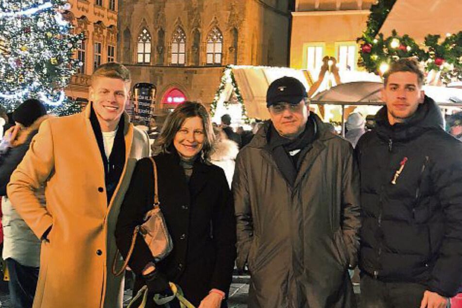 Jakub Jakubov (31, v.l.) genoss in der Vergangenheit mit seiner Mutter Alena, Vater Pavel und Bruder Alexander die Weihnachtszeit in der goldenen Stadt an der Moldau.