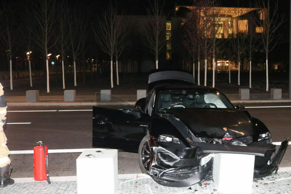Berlin: Luxuswagen zerschellt an Betonpfeiler vor Kanzleramt