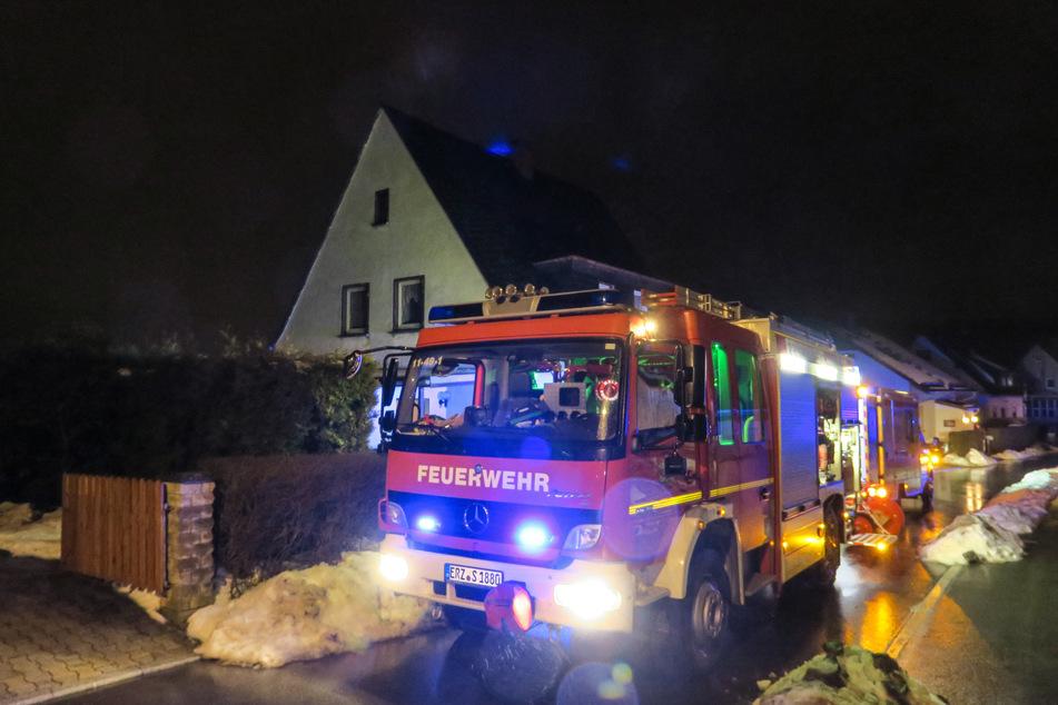 Holzstapel geht in Flammen auf: Frau im Krankenhaus