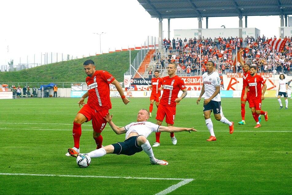 Zwickaus Davy Frick (31, l.) stoppt Verls Ron Berlinski (27). Die drei Gegentore konnte auch er nicht verhindern.