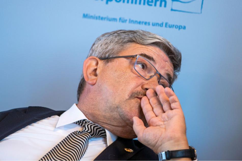 Lorenz Caffier (65, CDU), der Innenminister von Mecklenburg-Vorpommern, beantwortet Fragen von Medienvertretern zu Durchsuchungen wegen Rechtsextremismus-Verdachts in der Polizei Mecklenburg-Vorpommern.